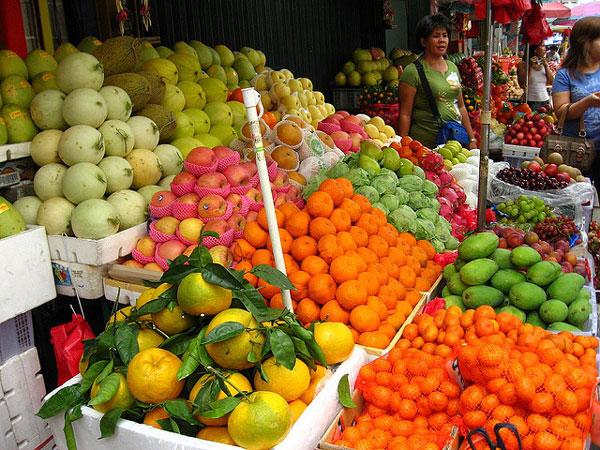 Fruits sols in Binondo, Metro Manila