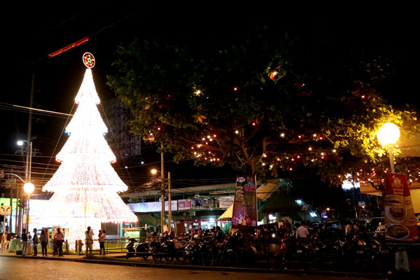 Filipino Christmas: Victoria Plaza